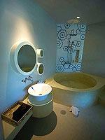 プーケット スパ併設のホテル : ホリデーイン リゾート プーケット マイカオ ビーチ(Holiday Inn Resort Phuket Mai Khao Beach)のファミリー スイートルームの設備 Bath Room