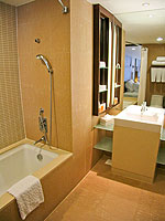 プーケット ファミリー&グループのホテル : ホリデーイン リゾート プーケット(Holiday Inn Resort Phuket)のスーペリアルームの設備 Bathroom