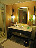 プーケット ファミリー&グループのホテル : ホリデーイン リゾート プーケット(Holiday Inn Resort Phuket)のブサコン ヴィラ プール アクセスルームの設備 Bath Room
