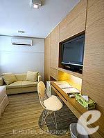バンコク ファミリー&グループのホテル : アイ レジデンス(i Residence)のデラックスルームの設備 Writing Desk