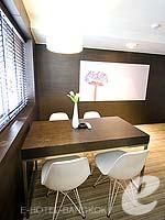バンコク ファミリー&グループのホテル : アイ レジデンス(i Residence)のデラックス スイートルームの設備 Writing Desk