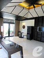 プーケット カップル&ハネムーンのホテル : インピアナ プーケット パトン(Impiana Phuket Patong)のジュニア スイートルームの設備 Living Area