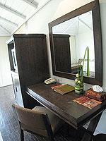 サムイ島 インターネット接続(無料)のホテル : アイヤラ ビーチ ホテル & プラザ(Iyara Beach Hotel & Plaza)のアイヤラルームの設備 Desk