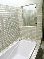 サムイ島 インターネット接続(無料)のホテル : アイヤラ ビーチ ホテル & プラザ(Iyara Beach Hotel & Plaza)のカバナルームの設備 Bath Room