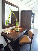 サムイ島 インターネット接続(無料)のホテル : アイヤラ ビーチ ホテル & プラザ(Iyara Beach Hotel & Plaza)のスイートルームの設備 Desk