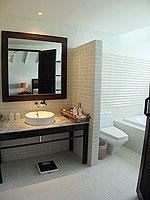 サムイ島 インターネット接続(無料)のホテル : アイヤラ ビーチ ホテル & プラザ(Iyara Beach Hotel & Plaza)のスイートルームの設備 Bath Room