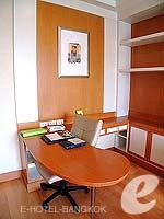 バンコク サービスアパートのホテル : ジャスミン シティ ホテル(Jasmine City Hotel)のデラックスルームの設備 Writing Desk