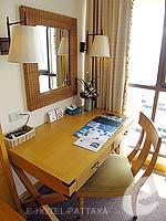 パタヤ ジョムティエンビーチのホテル : ジョムティエン パーム ビーチ(Jomtien Palm Beach)のスイート/メイン ウイングルームの設備 Desk