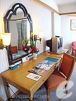 パタヤ ジョムティエンビーチのホテル : ジョムティエン パーム ビーチ(Jomtien Palm Beach)のデラックス/ジョムティエン ウィングルームの設備 Desk