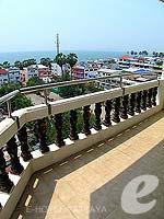 パタヤ ジョムティエンビーチのホテル : ジョムティエン タニ(Jomtien Thani)のデラックス ルームルームの設備 Balcony
