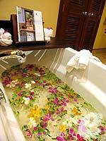 プーケット カップル&ハネムーンのホテル : JW マリオット プーケット リゾート&スパ(JW Marriott Phuket Resort & Spa)のデラックスルームの設備 Bathroom