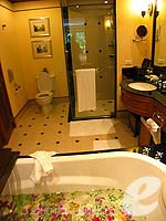 プーケット ファミリー&グループのホテル : JW マリオット プーケット リゾート&スパ(JW Marriott Phuket Resort & Spa)のデラックス テラスルームの設備 Bathroom