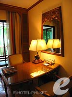 プーケット ファミリー&グループのホテル : JW マリオット プーケット リゾート&スパ(JW Marriott Phuket Resort & Spa)のデラックス プール テラスルームの設備 Desk