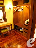 プーケット ファミリー&グループのホテル : JW マリオット プーケット リゾート&スパ(JW Marriott Phuket Resort & Spa)の1ベッドルーム スイートルームの設備 Walk-in Closet