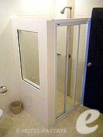 パタヤ シラチャーのホテル : カラブニング リゾート & スパ(Karabuning Resort & Spa)のスタジオルーム(シングル)ルームの設備 Bathroom