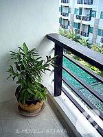 パタヤ シラチャーのホテル : カラブニング リゾート & スパ(Karabuning Resort & Spa)のスタジオルーム(シングル)ルームの設備 Balcony