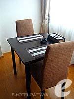 パタヤ シラチャーのホテル : カラブニング リゾート & スパ(Karabuning Resort & Spa)のスタジオ ルーム(ダブル)ルームの設備 Dining Table