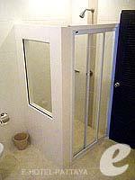 パタヤ シラチャーのホテル : カラブニング リゾート & スパ(Karabuning Resort & Spa)のスタジオ ルーム(ダブル)ルームの設備 Bathroom