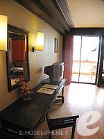 プーケット フィットネスありのホテル : カタ ビーチ リゾート(Kata Beach Resort & Spa)のデラックスルームの設備 Writing Desk