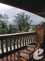 プーケット フィットネスありのホテル : カタ ビーチ リゾート(Kata Beach Resort & Spa)のデラックスルームの設備 Balcony