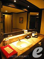 プーケット カタビーチのホテル : カタ ビーチ リゾート(Kata Beach Resort & Spa)のデラックスルームの設備 Bathroom