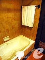 プーケット カップル&ハネムーンのホテル : カタ ビーチ リゾート(Kata Beach Resort & Spa)のデラックスルームの設備 Bathroom