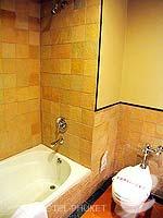 プーケット カタビーチのホテル : カタ ビーチ リゾート(Kata Beach Resort & Spa)のグランド プールアクセスルームの設備 Bath Room
