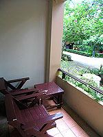 プーケット ファミリー&グループのホテル : カタ カントリー ハウス(Kata Country House)のスタンダード(ダブル)ルームの設備 Balcony