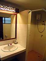 プーケット ファミリー&グループのホテル : カタ カントリー ハウス(Kata Country House)のスタンダード(ダブル)ルームの設備 Bath Room