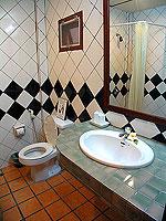 プーケット ファミリー&グループのホテル : カタ カントリー ハウス(Kata Country House)のデラックスルームの設備 Bath Room