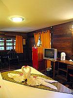 プーケット ファミリー&グループのホテル : カタ カントリー ハウス(Kata Country House)のバンガロールームの設備 Bedroom - Wood