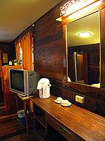 プーケット ファミリー&グループのホテル : カタ カントリー ハウス(Kata Country House)のバンガロールームの設備 Desk - Wood