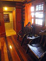 プーケット ファミリー&グループのホテル : カタ カントリー ハウス(Kata Country House)のバンガロールームの設備 Chair - Wood