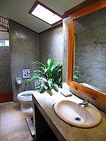 プーケット ファミリー&グループのホテル : カタ カントリー ハウス(Kata Country House)のバンガロールームの設備 Bathroom - Wood
