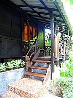 プーケット ファミリー&グループのホテル : カタ カントリー ハウス(Kata Country House)のバンガロールームの設備 Entrance - Wood