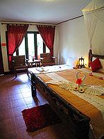 プーケット ファミリー&グループのホテル : カタ カントリー ハウス(Kata Country House)のバンガロールームの設備 Bedroom - Concrete
