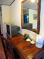 プーケット ファミリー&グループのホテル : カタ カントリー ハウス(Kata Country House)のバンガロールームの設備 Desk - Concrete