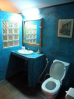 プーケット ファミリー&グループのホテル : カタ カントリー ハウス(Kata Country House)のバンガロールームの設備 Bath Room - Concrete