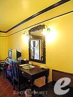 プーケット フィットネスありのホテル : カタ パーム リゾート(Kata Palm Resort & Spa)のスーペリアルームの設備 Writing Desk