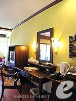 プーケット フィットネスありのホテル : カタ パーム リゾート(Kata Palm Resort & Spa)のデラックスルームの設備 Writing Desk