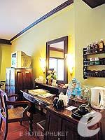 プーケット フィットネスありのホテル : カタ パーム リゾート(Kata Palm Resort & Spa)のデラックス プール アクセスルームの設備 Writing Desk