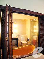 プーケット カタビーチのホテル : カタ パーム リゾート(Kata Palm Resort & Spa)のデラックス プール アクセスルームの設備 Bathroom