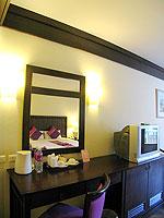プーケット カタビーチのホテル : カタ プールサイド リゾート(Kata Poolside Resort)のデラックス(シングル)ルームの設備 Writing Desk