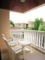 プーケット ファミリー&グループのホテル : カタ プールサイド リゾート(Kata Poolside Resort)のデラックス(シングル)ルームの設備 Balcony