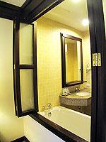 プーケット カタビーチのホテル : カタ プールサイド リゾート(Kata Poolside Resort)のデラックス(シングル)ルームの設備 Bathroom