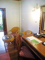プーケット ヴィラコテージのホテル : カオラック パーム ビーチ リゾート(Khaolak Palm Beach Resort)のデラックス マウンテンルームの設備 Writing Desk
