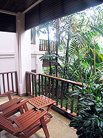プーケット ヴィラコテージのホテル : カオラック パーム ビーチ リゾート(Khaolak Palm Beach Resort)のデラックス マウンテンルームの設備 Balcony