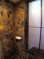 プーケット ヴィラコテージのホテル : カオラック パーム ビーチ リゾート(Khaolak Palm Beach Resort)のデラックス マウンテンルームの設備 Bathroom