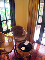プーケット ヴィラコテージのホテル : カオラック パーム ビーチ リゾート(Khaolak Palm Beach Resort)のデラックス ガーデンルームの設備 Sitting Area