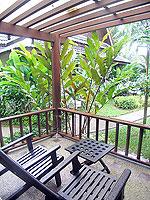 プーケット ヴィラコテージのホテル : カオラック パーム ビーチ リゾート(Khaolak Palm Beach Resort)のデラックス ガーデンルームの設備 Balcony